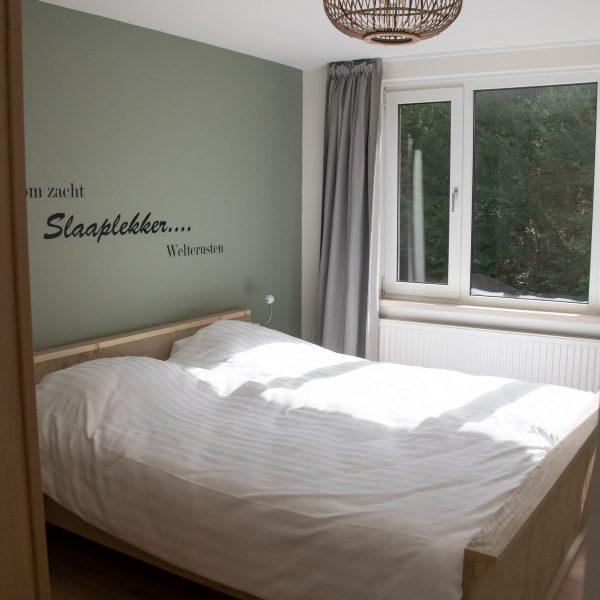 Slaapkamer met een 2-persoonbed van 180 x 210 cm